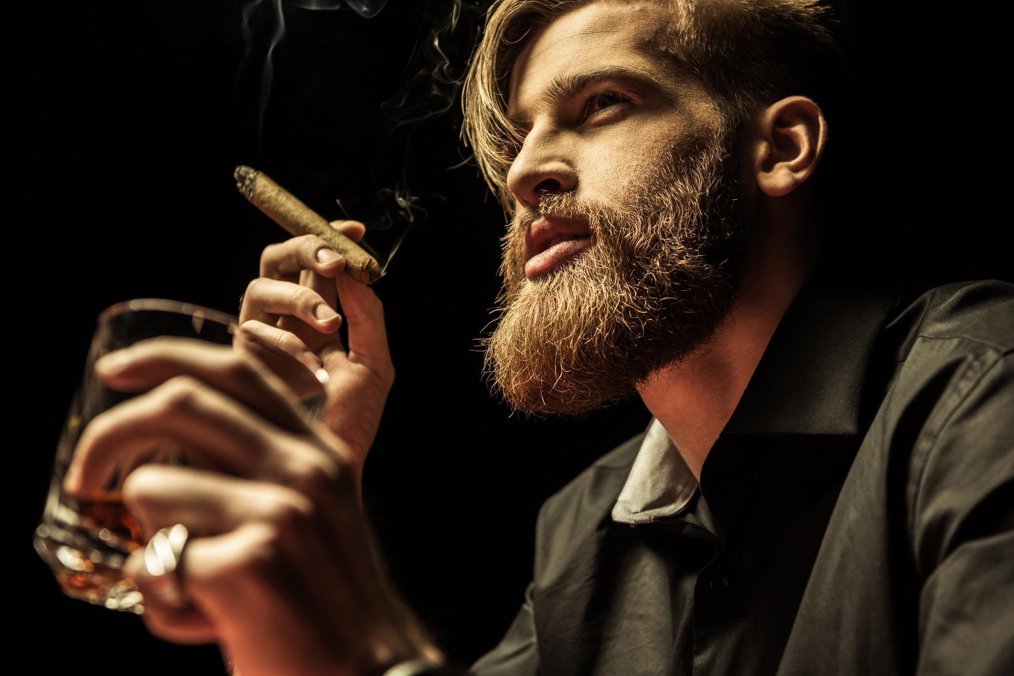 Мужчина с бородой и сигарой
