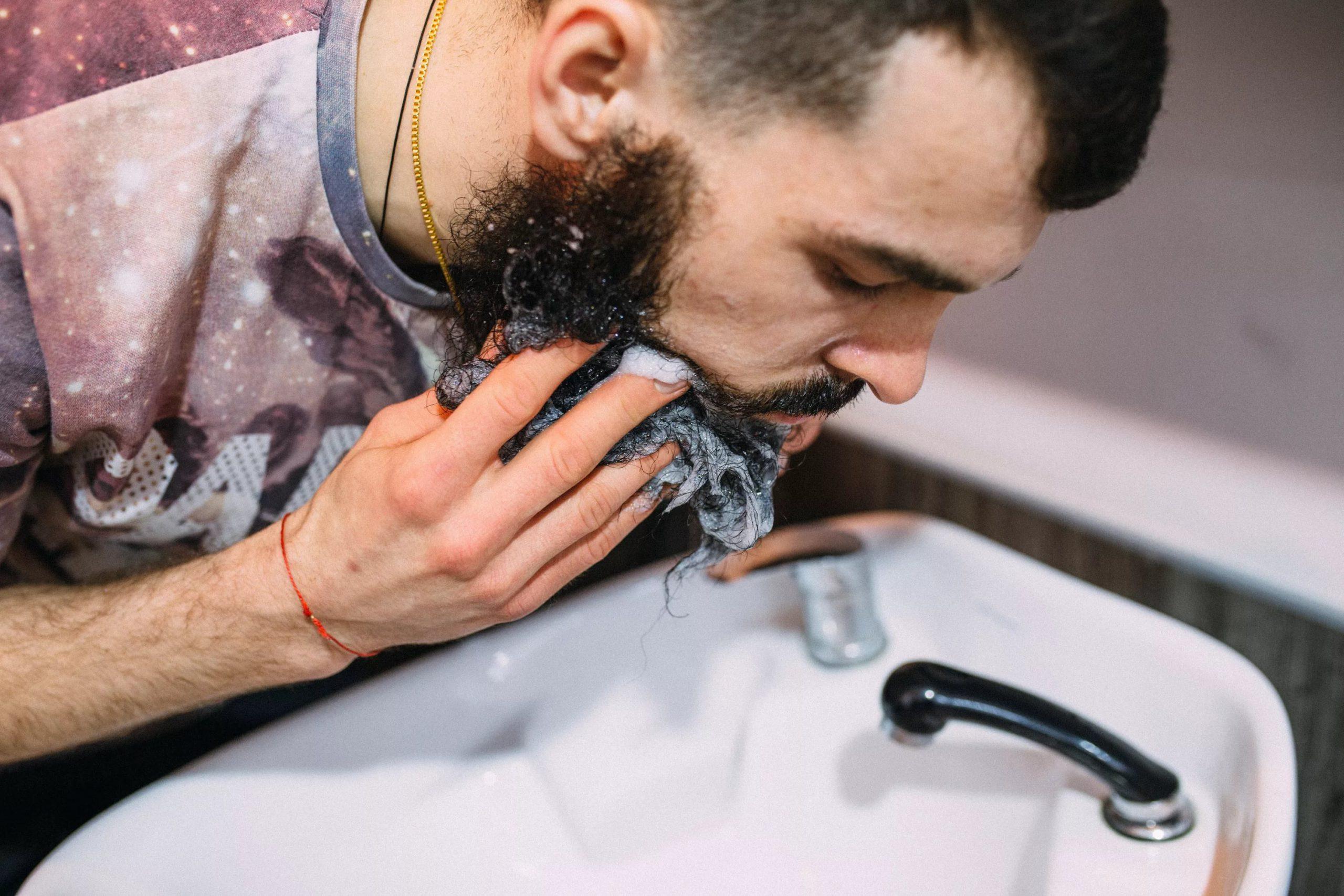 Мытье бороды шампунем